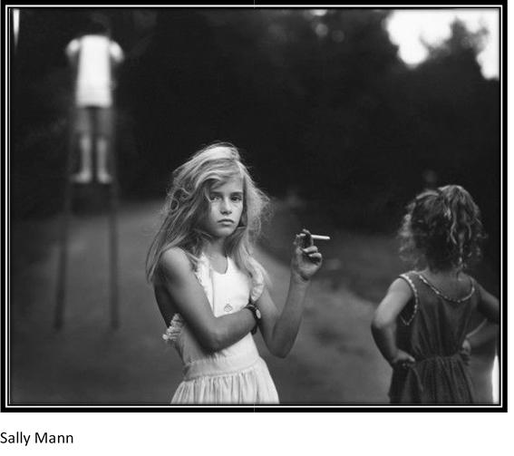 Fotografía en blanco y negro sacada por Sally Mann en la que aparece un niña sosteniendo un cigarro.